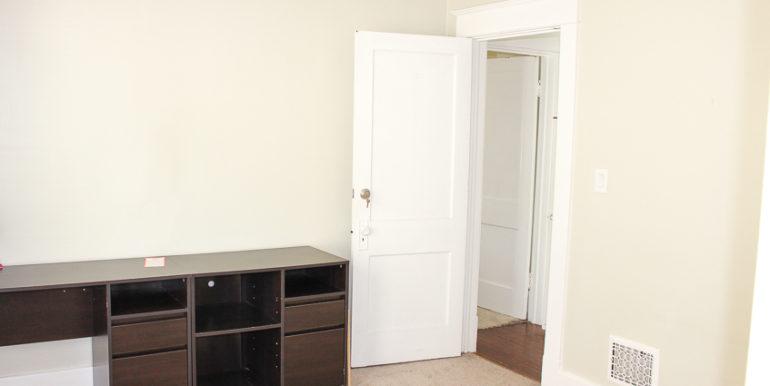 ub_apartment-107-englewood-bedroom